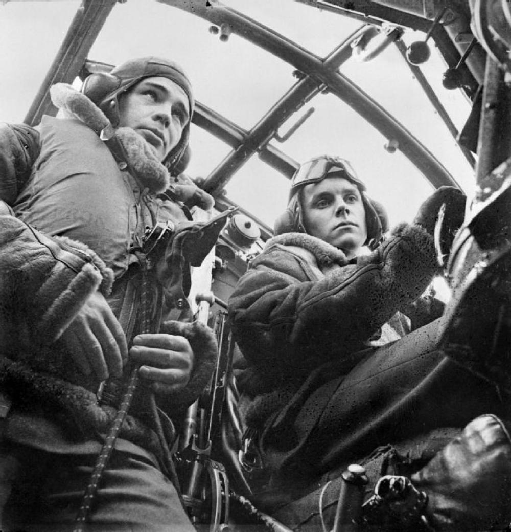 ORIGINAL WW1 & WW2, RFC & RAF AIRCREW CLOTH & METAL UNIFORM